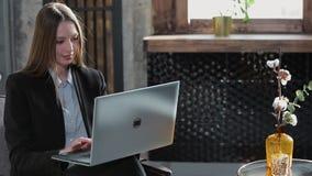 Zekere Onderneemster Working op Laptop in Haar Modern blauw modern Bureaubinnenland Het modieuze Mooie Vrouw Doen stock footage