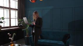 Zekere Onderneemster Working op Laptop in Haar Modern blauw modern Bureaubinnenland Het modieuze Mooie Vrouw Doen stock videobeelden