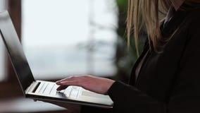 Zekere Onderneemster Working op Laptop in Haar Modern blauw modern Bureaubinnenland Het modieuze Mooie Vrouw Doen stock video