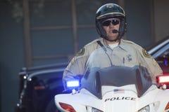 Zekere Politieagentzitting op Motor royalty-vrije stock foto