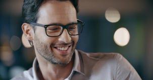 Zekere professionele mens met glazen het glimlachen Collectieve van het commerciële het bureauvergadering teamwerk Kaukasische za stock video