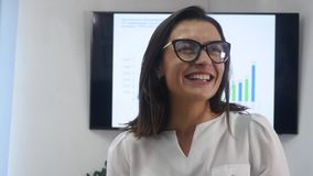 Zekere rijpe onderneemster die zich in bureau bevinden Vrouwelijke manager die in bureau camera en het glimlachen bekijken stock footage