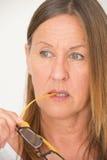 Zekere Rijpe Vrouw met Glazen royalty-vrije stock afbeelding