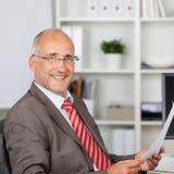 Zekere Rijpe Zakenman Holding Document Stock Foto