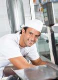 Zekere Slager Working In Butchery Royalty-vrije Stock Fotografie