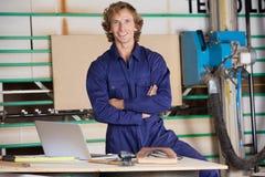 Zekere Timmerman With Arms Crossed in Workshop stock afbeeldingen