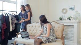 Zekere vrouw die laptop in handen houden stock video