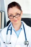 Zekere vrouwelijke arts die bij de camera glimlacht Stock Afbeeldingen