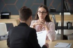 Zekere vrouwelijke baankandidaat die op recruiter beschikking du wachten stock afbeeldingen
