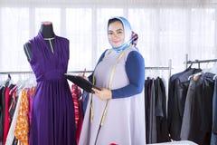 Zekere vrouwelijke moslimmanierontwerper royalty-vrije stock afbeelding