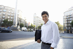 Zekere Zakenman With Briefcase Standing op Stadsstraat Royalty-vrije Stock Foto's