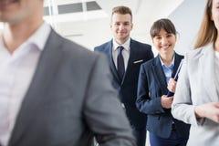 Zekere Zakenman And Businesswoman Smiling terwijl het Lopen van Wi royalty-vrije stock afbeeldingen