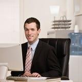 Zekere zakenman die aan computer werkt royalty-vrije stock foto
