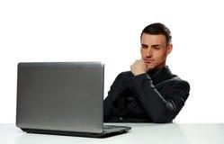Zekere zakenman die aan laptop werken royalty-vrije stock fotografie