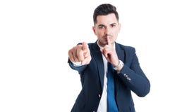 Zekere zakenman die een geheim en stiltegebaar maken houden royalty-vrije stock foto