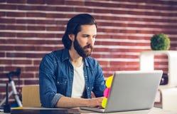 Zekere zakenman die laptop met behulp van Royalty-vrije Stock Afbeeldingen