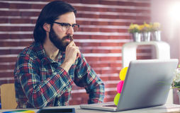 Zekere zakenman die laptop op bureau met behulp van Royalty-vrije Stock Foto