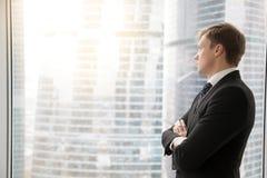 Zekere zakenman die nieuwe projecten plannen royalty-vrije stock afbeeldingen