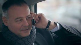 Zekere zakenman die op de telefoon spreken stock videobeelden