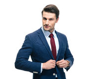 Zekere zakenman die op kostuumjasje zet stock afbeeldingen