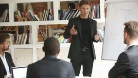 Zekere zakenman die presentatie in vergaderzaal met tikgrafiek geven stock videobeelden
