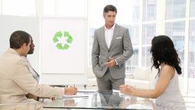 Zekere zakenman die recyclingsteken voorstellen stock video