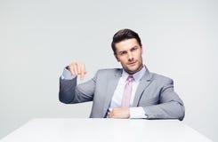 Zekere zakenman die vinger neer richten stock foto's