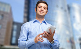 Zekere zakenman die zijn tablet gebruiken Stock Afbeeldingen