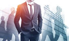 Zekere zakenman en zijn team stock fotografie