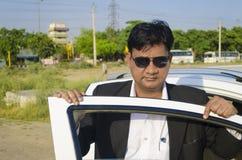 Zekere zakenman met auto Royalty-vrije Stock Fotografie