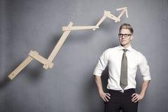 Zekere zakenman met grafiek. Stock Foto's