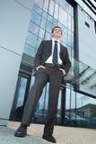 Zekere zakenman voor een gebouw Stock Foto's