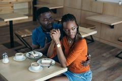 zelżona amerykanin afrykańskiego pochodzenia kobieta z chłopakiem zdjęcia stock