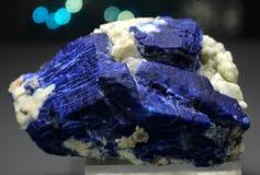 Zeldzame Diepe blauwe Lazurite met Forsterite Specimen royalty-vrije stock afbeelding