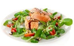 Zeldzame gebraden zalmlapjes vlees die op wit worden geïsoleerdo Stock Foto's