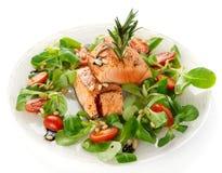 Zeldzame gebraden zalmlapjes vlees op wit Stock Foto