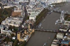 Zeldzame hoge hoek of vogelogenmening van iconische stad van Londen met de rivier van Theems, het oogwiel van Londen, bruggen en  stock foto