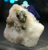 Zeldzame Lazurite met Pyriet op Matrijsspecimen stock foto's