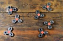 Zeldzame met de hand gemaakte houten friemelt spinners ligt op een bruine houten oppervlakte als achtergrond In spannings verlich stock fotografie