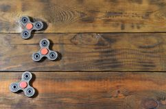 Zeldzame met de hand gemaakte houten friemelt spinners ligt op een bruine houten oppervlakte als achtergrond In spannings verlich stock foto's