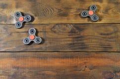 Zeldzame met de hand gemaakte houten friemelt spinners ligt op een bruine houten oppervlakte als achtergrond In spannings verlich royalty-vrije stock foto's