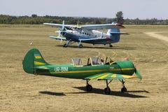 2 zeldzame vliegtuigen Jak-52 en een-2 in Korotich AIRSHOW Stock Afbeeldingen