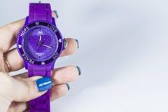 Zelenodolsk, Ukraine 5. Januar 2019 Violette Farbe der Uhr mit Herzen in der Hand des Mädchens lizenzfreies stockfoto