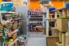 Zelenograd,俄罗斯- 9月15 2017年 宠物在购物中心Panfilov的商店四爪子内部  免版税图库摄影