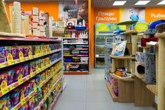 Zelenograd,俄罗斯- 9月15 2017年 宠物在购物中心Panfilov的商店四爪子内部  库存照片