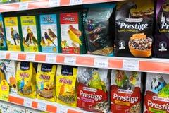 Zelenograd,俄罗斯- 9月15 2017年 鸟的食物在四个爪子购物中心的Panfilov宠物商店 库存照片