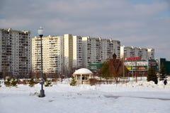 Zelenograd,俄罗斯- 2月20 2016年 16条大道邻里在冬天 库存照片