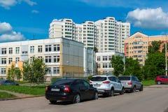 Zelenograd Rússia o 26 de maio 2017 Distrito número novo 20, vista da rua do piloto Tarasova Fotografia de Stock