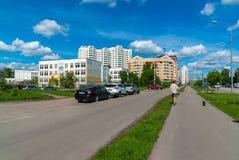 Zelenograd Rússia o 26 de maio 2017 Distrito número novo 20, vista da rua do piloto Tarasova Fotos de Stock Royalty Free