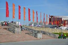 Zelenograd, Rusia - 9 de mayo 2016 El cuadrado central adornado con las banderas de Victory Day Imagen de archivo libre de regalías